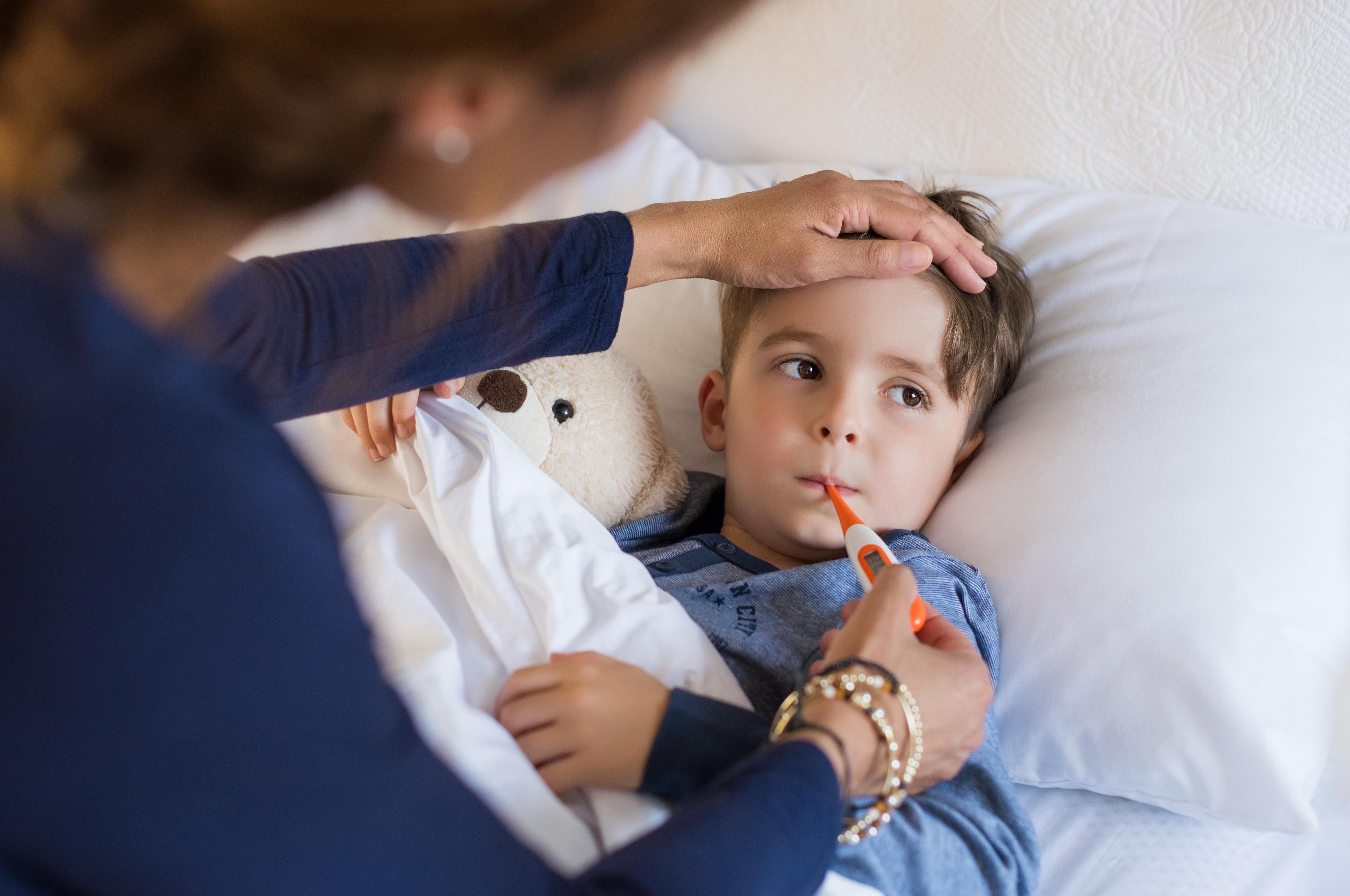 causas de vomito y fiebre en bebes